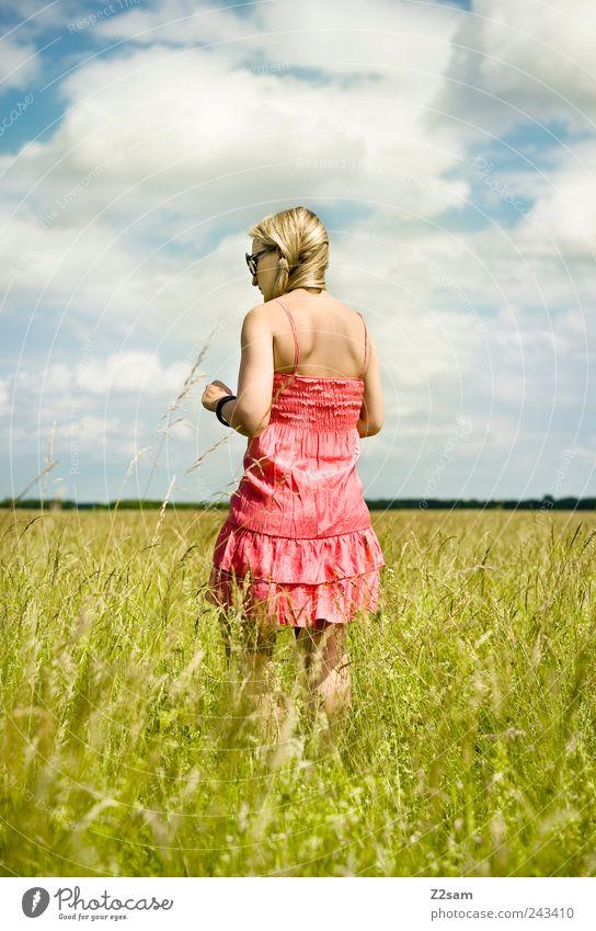 sonnenkind Lifestyle Stil Erholung feminin Junge Frau Jugendliche 1 Mensch 18-30 Jahre Erwachsene Umwelt Landschaft Himmel Wolken Sommer Kleid Sonnenbrille