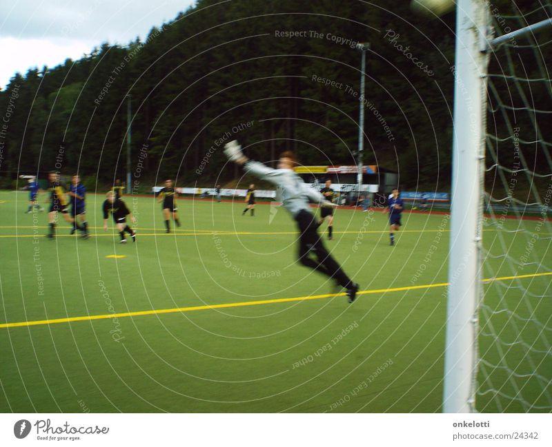 Hechtsprung grün Sport springen Fußball Ball Rasen Fußballer Tor Torwart Kunstrasen