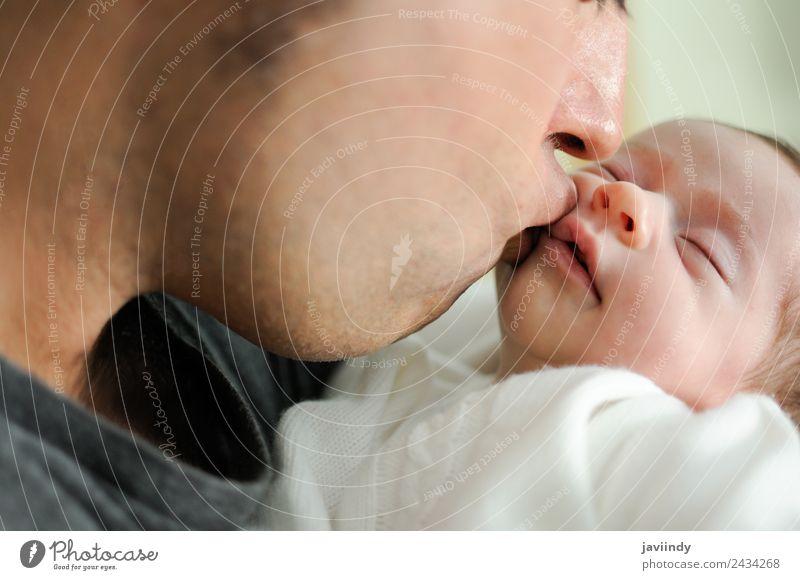 Vater küsst sein neugeborenes Mädchen. Glück Kind Baby Mann Erwachsene Eltern Familie & Verwandtschaft Kindheit 2 Mensch 0-12 Monate 30-45 Jahre Küssen Liebe