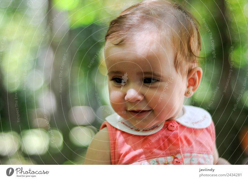 Sechs Monate altes kleines Mädchen im Freien Glück schön Gesicht Kind Mensch Baby Frau Erwachsene Kindheit 1 0-12 Monate Lächeln lachen Fröhlichkeit niedlich