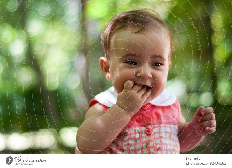 Sechs Monate altes kleines Mädchen im Freien Glück schön Gesicht Kind Mensch Baby Junge Frau Jugendliche Erwachsene Kindheit 1 0-12 Monate Lächeln lachen