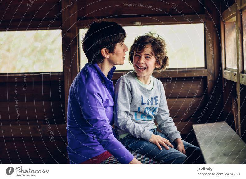 Mutter mit ihrer siebenjährigen Tochter lachend in einer Hütte auf dem Land Lifestyle Freude Kind feminin Mädchen Frau Erwachsene Eltern