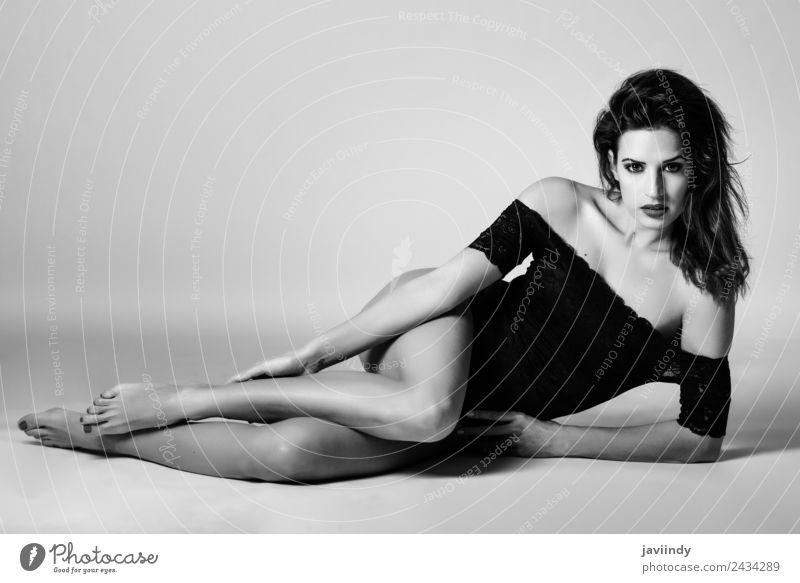 Junge brünette Frau in schwarzer Dessous auf dem Flur liegend elegant Stil schön Körper Haut Gesicht Schminke feminin Junge Frau Jugendliche Erwachsene 1 Mensch