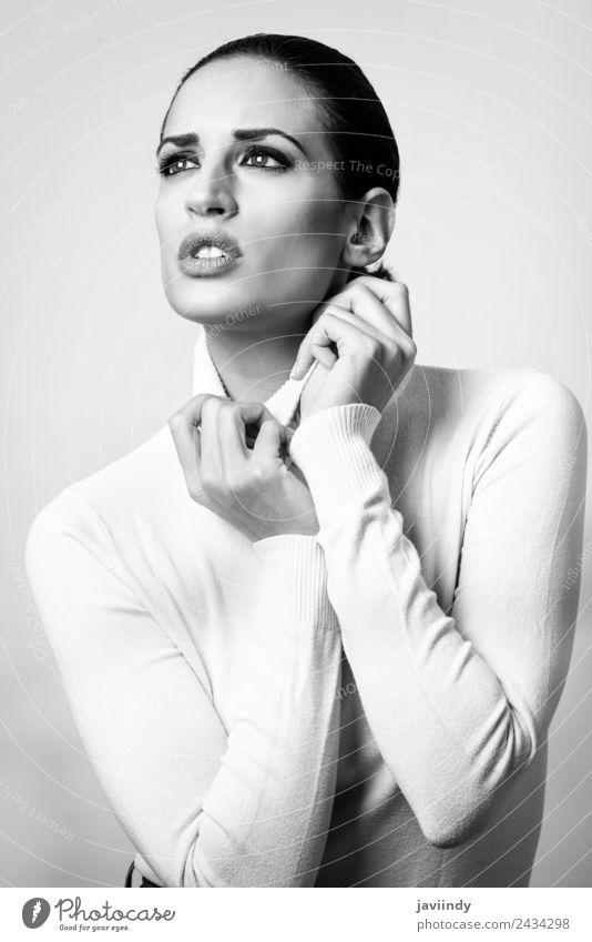 Junge brünette Frau mit weißem Poloneck. elegant Stil schön Haut Gesicht Schminke Mensch feminin Junge Frau Jugendliche Erwachsene 1 18-30 Jahre Mode Pullover