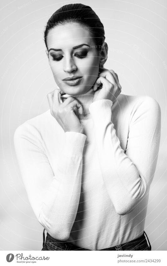 Junge brünette Frau mit weißem Poloneck. elegant Stil schön Haut Gesicht Schminke Mensch feminin Erwachsene Jugendliche 1 18-30 Jahre Mode Pullover niedlich