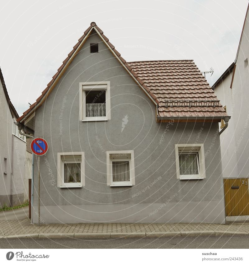 zu besuch in jalatown .. Dorf Kleinstadt Menschenleer Haus Einfamilienhaus Gebäude Fassade Fenster Dach Beton ästhetisch Straße Bürgersteig Verkehrsschild