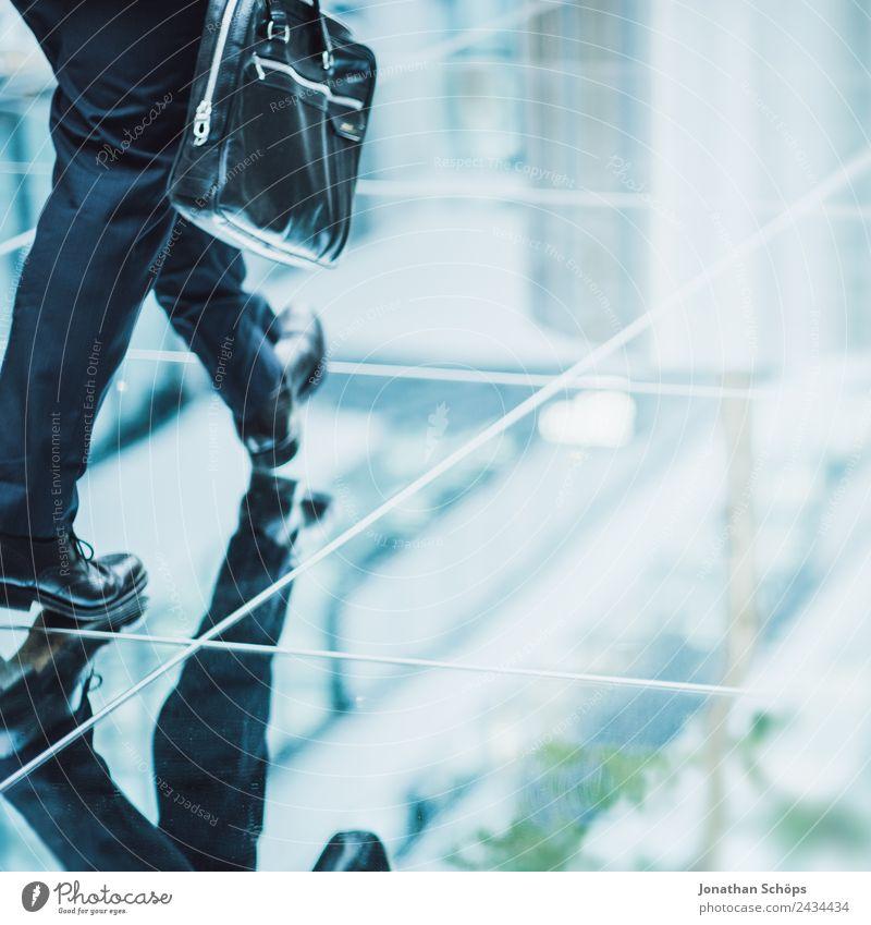 Geschäftsmann mit Aktentasche läuft auf verspiegeltem Boden Büro Wirtschaft Geldinstitut Business Karriere Mensch Mann Erwachsene Stadt Stadtzentrum Bankgebäude