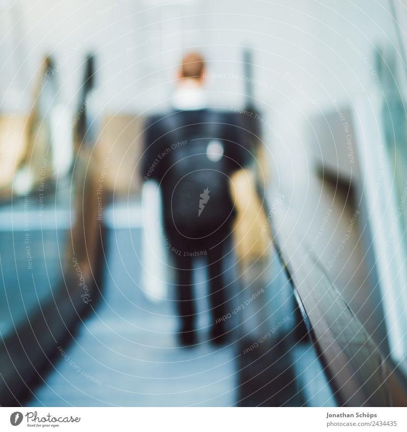Mann mit Taschen fährt auf einer Rolltreppe Mensch Stadt Business Büro modern ästhetisch Stadtzentrum Spiegel Wirtschaft Karriere Anzug Personenverkehr