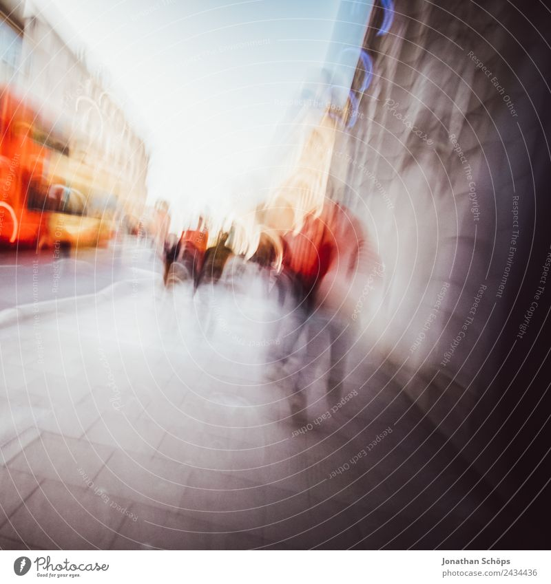 abstrakt verwackelter Fußweg in England Stadt Stadtzentrum Fußgängerzone bevölkert Freude Brighton Menschengruppe laufen anonym rot Europa Stadtleben Bus