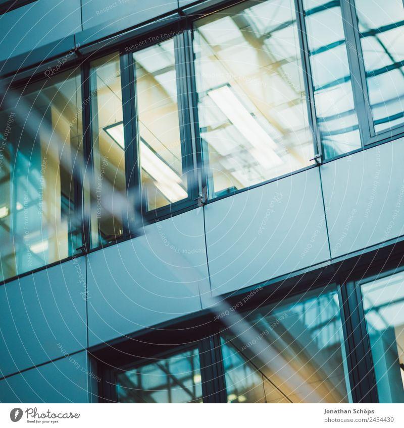 verspiegelte Fassade eines Bürogebäudes Stadt Architektur Gebäude Business modern Hochhaus Wachstum ästhetisch Neigung Bauwerk Stadtzentrum Bankgebäude