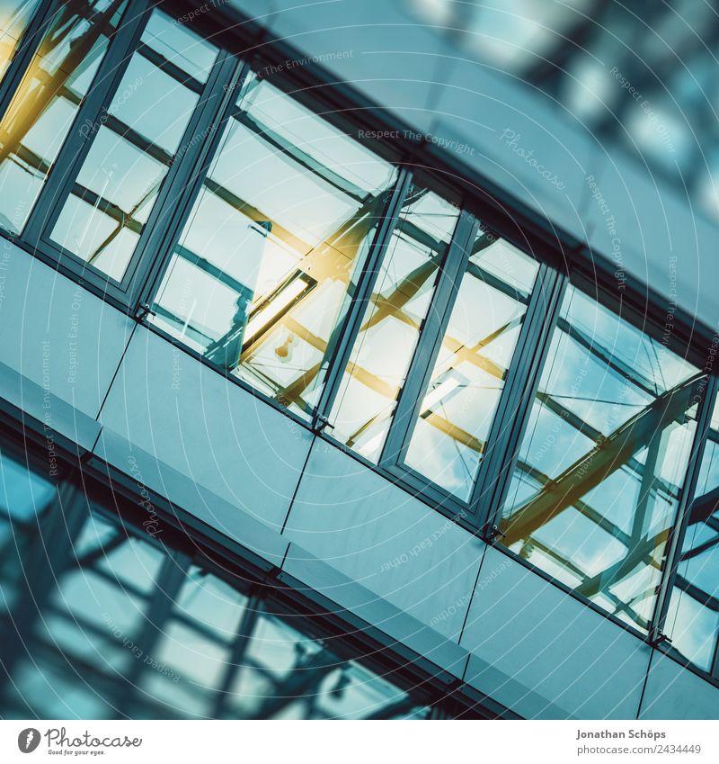verspiegelte Fassade eines Bürogebäudes Stadt Haus Architektur Gebäude Business Zufriedenheit modern Hochhaus Wachstum ästhetisch Neigung Bauwerk Stadtzentrum