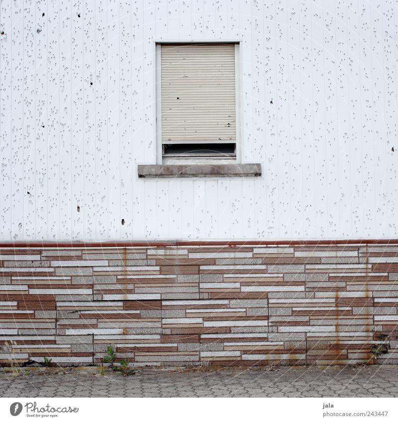 fassade Mauer Wand Fassade Fenster Rollladen Backstein trist braun grau weiß Verfall Farbfoto Außenaufnahme Menschenleer Textfreiraum links Textfreiraum rechts
