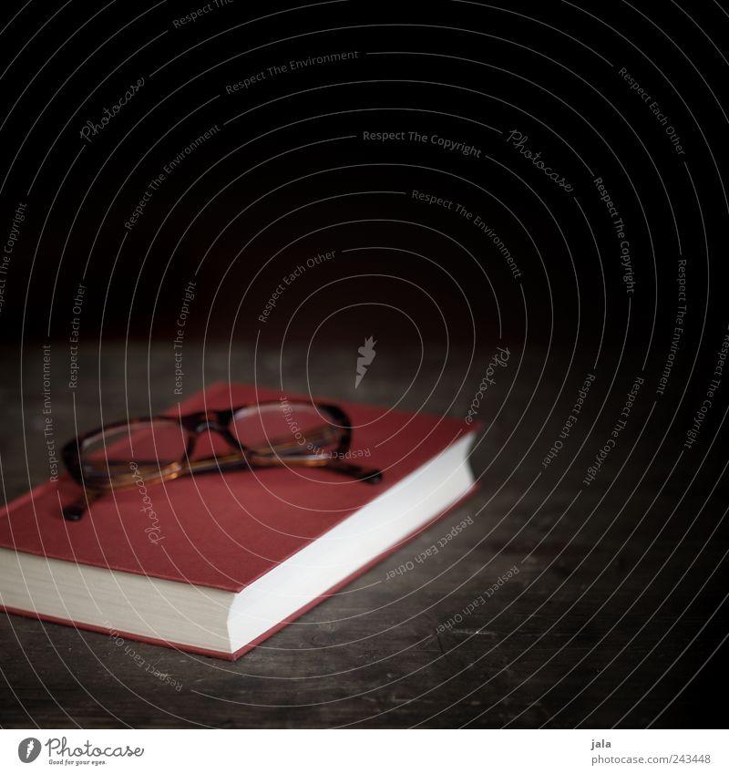 bettlektüre Buch Brille Brillengestell Holz einfach braun rot schwarz Farbfoto Innenaufnahme Menschenleer Textfreiraum rechts Textfreiraum oben Tag