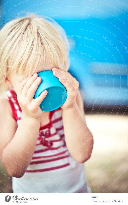 Grünschnabel in blau Mensch Kind Hand Mädchen Freude lustig Kindheit blond trinken festhalten Kleinkind Hemd Tasse Becher 3-8 Jahre