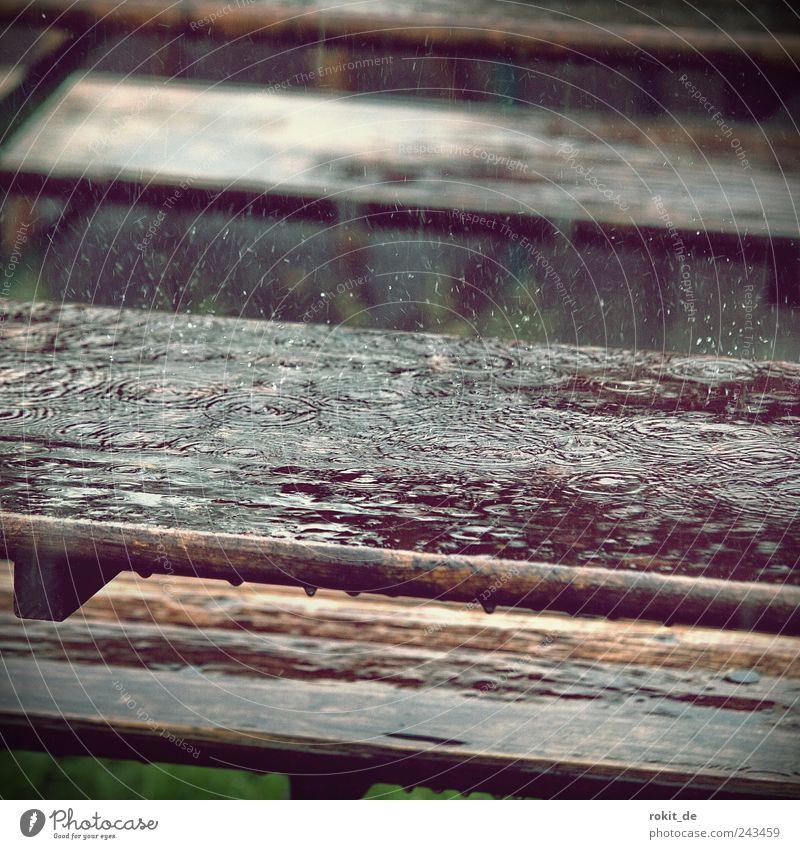 Summerfeeling Tisch Holz fallen nass Endzeitstimmung Ferien & Urlaub & Reisen Biergarten Regenwasser Wassertropfen tropfend ungemütlich Wetter trist Windung