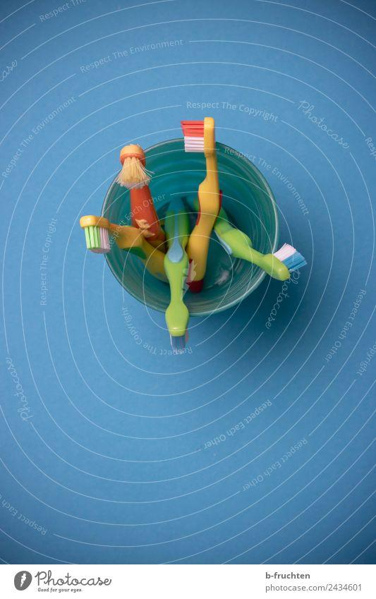 Zahnputzzeugs Becher Körperpflege Zahnbürste blau mehrfarbig kinderzahnbürste Zahnpflege Bürste Reinigen mehrere Farbfoto Innenaufnahme Studioaufnahme