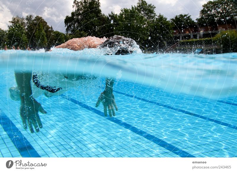 durchgezogen Mensch Mann Wasser blau Ferien & Urlaub & Reisen Sommer Freude Erwachsene Erholung kalt Sport Luft Wellen Kraft Freizeit & Hobby nass