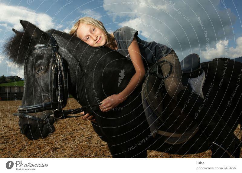 Zwei Freunde Freizeit & Hobby Reiten Reitsport Mädchen 1 Mensch 8-13 Jahre Kind Kindheit Tier Haustier Nutztier Pferd Umarmen Glück schön Zufriedenheit