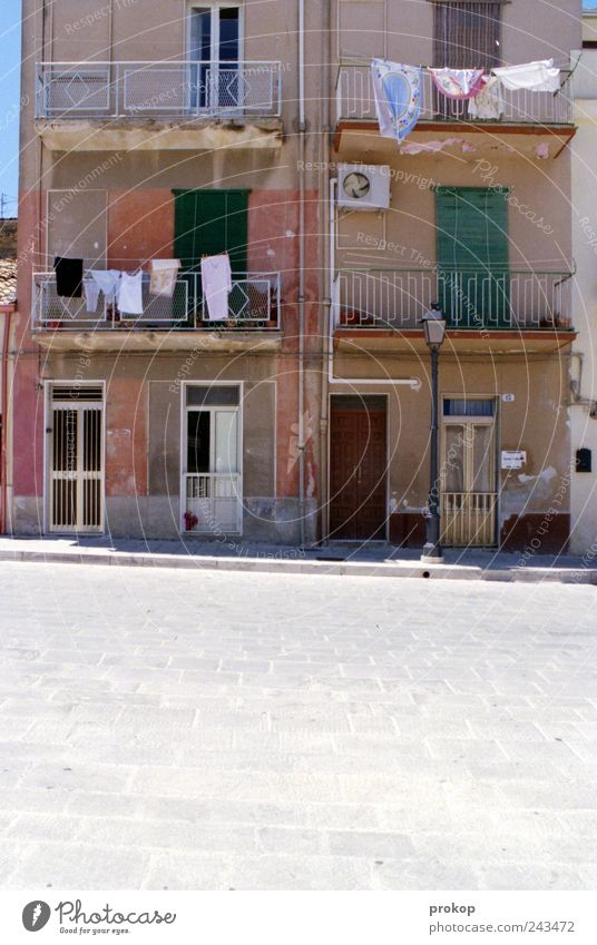 Das bisschen Haushalt... schön Haus Straße Leben Fenster Architektur Gebäude Tür geschlossen Fassade authentisch Bekleidung Bauwerk verfallen Dorf