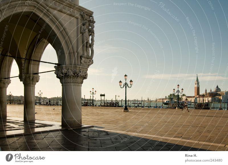 Vor dem Ansturm II Lifestyle Ferien & Urlaub & Reisen Tourismus Ausflug Sightseeing Städtereise Joggen Sommer Venedig Hafenstadt Altstadt Platz Sehenswürdigkeit