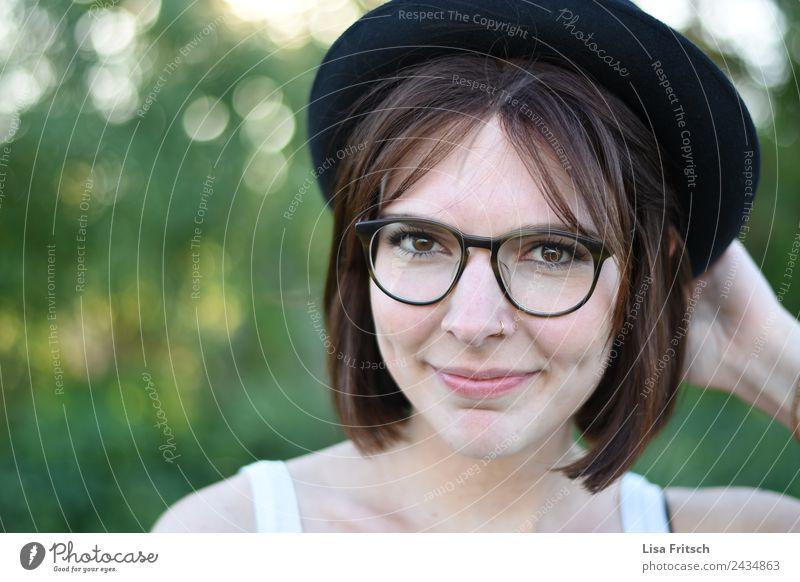 Frau, Hut, Brille, Nasenpiercing, Lächeln Lifestyle kaufen schön Haare & Frisuren Gesicht Party feminin Junge Frau Jugendliche 1 Mensch 18-30 Jahre Erwachsene