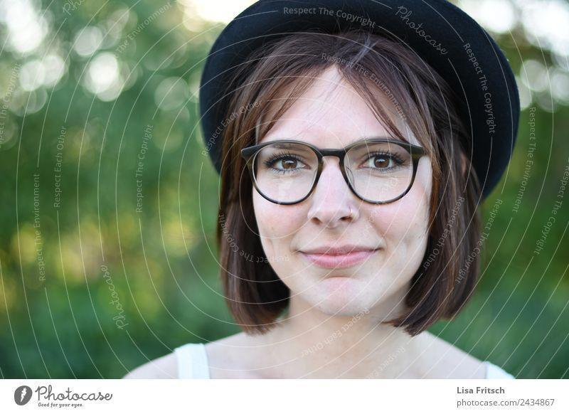 junge hübsche Frau, Hut, Brille, grün Lifestyle schön Haare & Frisuren Gesicht feminin Junge Frau Jugendliche Kopf Auge 1 Mensch 18-30 Jahre Erwachsene Piercing