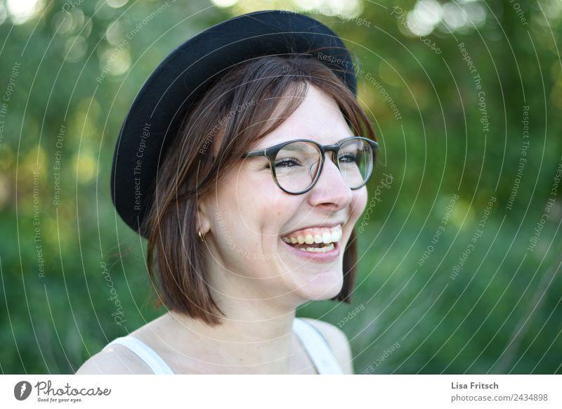 lachen, junge Frau, Hut, Brille Junge Frau Jugendliche 1 Mensch 18-30 Jahre Erwachsene brünett kurzhaarig genießen Coolness Fröhlichkeit Gesundheit Glück lustig