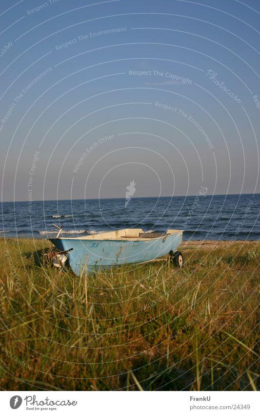 Boot am Strand Wasserfahrzeug Abenddämmerung Ruderboot Sommer Stillleben Meer Ostsee Natur