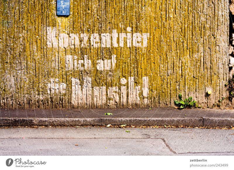 Konzentrier Dich auf die Musik! Kleinstadt Altstadt Bauwerk Gebäude Mauer Wand Fassade Zeichen Schriftzeichen historisch eng Fachwerkfassade fachwerkbau Gasse