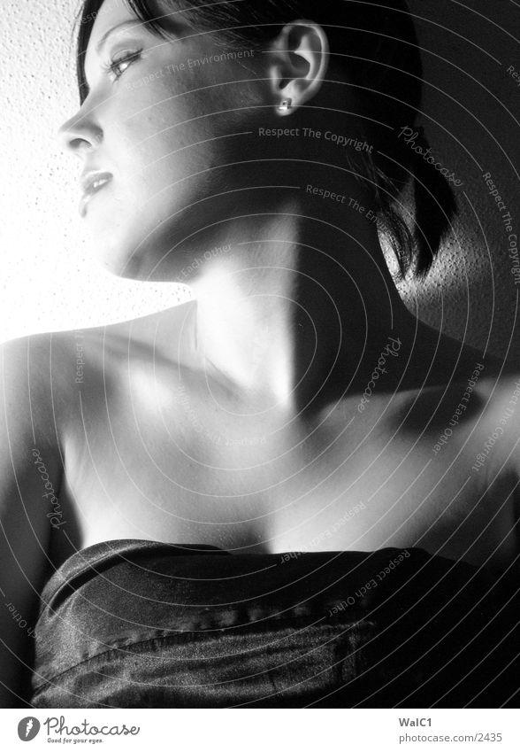 Der Blick zurück Frau weiß Gesicht schwarz Erotik Haare & Frisuren Frauenbrust Dame Hals Unterwäsche lasziv Brust Porträt