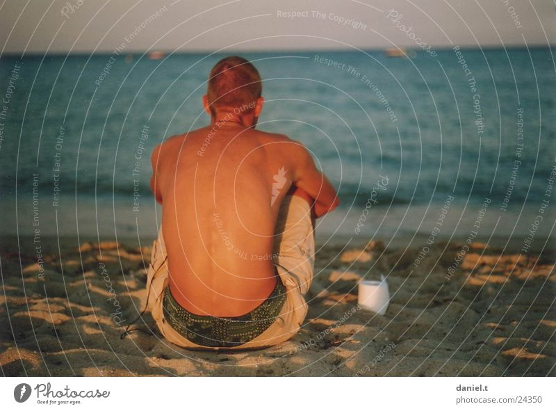 Daniel am Meer Mensch Mann Wasser Strand Sand sitzen Toilettenpapier