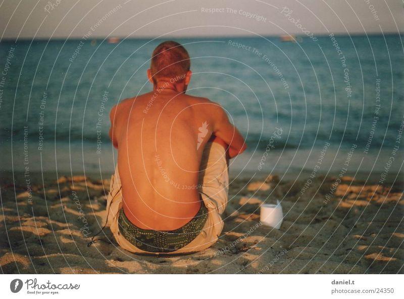 Daniel am Meer Mensch Mann Wasser Meer Strand Sand sitzen Toilettenpapier