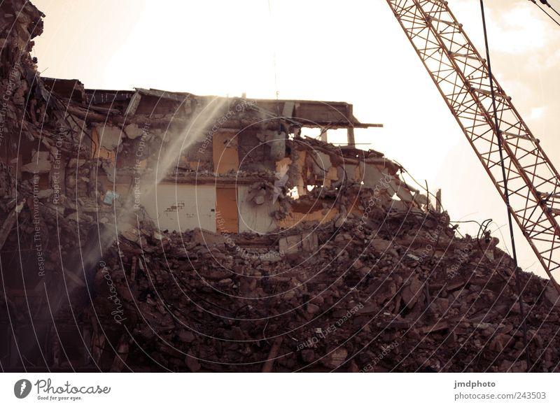 Abriss alt Haus Gebäude dreckig Fassade Hochhaus Beginn kaputt Zukunft Baustelle Vergänglichkeit Neugier Bauwerk Wut Umzug (Wohnungswechsel) Kran