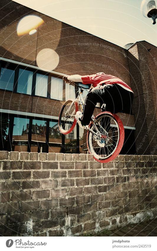 Trial Jugendliche Freude Haus Wand Sport springen Mauer Gebäude Fahrrad Erfolg verrückt Coolness fahren Bauwerk Fitness Rad