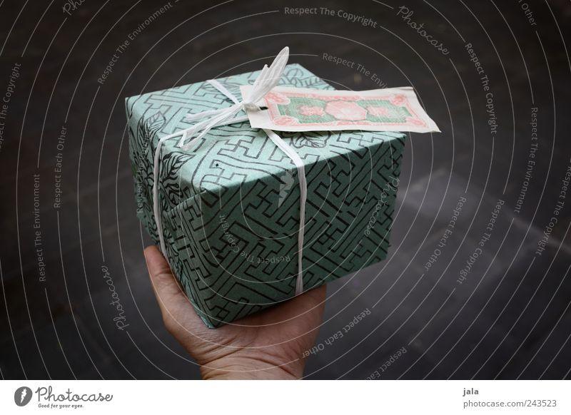 ich habe ein geschenk für dich... Hand Freude Geburtstag Geschenk geben verpackt schenken haltend