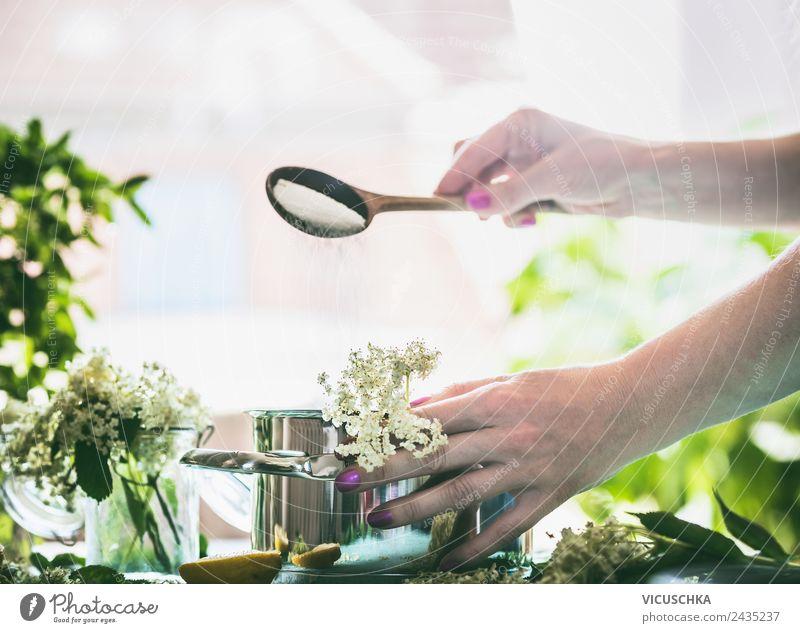 Holunderblütensirup oder Marmelade kochen Frau Natur Sommer Gesunde Ernährung Hand Fenster Erwachsene Lifestyle Gesundheit feminin Stil Lebensmittel