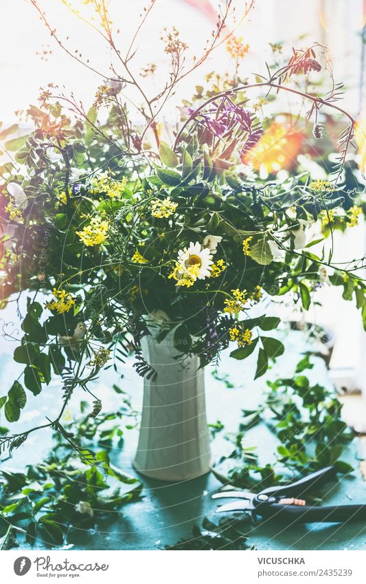 Wildblumenstrauß auf dem Tisch am Fenster Lifestyle Stil Design Sommer Häusliches Leben Wohnung Haus Traumhaus Natur Pflanze Blume Dekoration & Verzierung