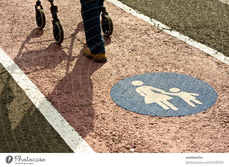 Zeit Mensch Mann Senior Beine Familie & Verwandtschaft Fuß Feld laufen Gesundheitswesen Spaziergang Zeichen Dorf Landwirtschaft Getreide Krankheit 60 und älter