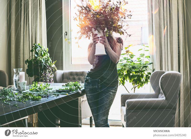 Frau hält Vase mit Blumen Lifestyle Stil Design Freizeit & Hobby Sommer Häusliches Leben Wohnung Traumhaus Mensch Erwachsene Körper Natur Pflanze