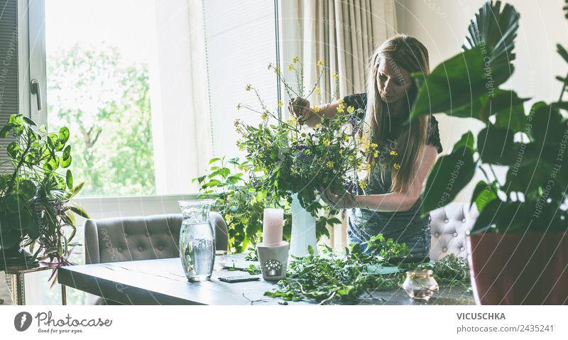 Frau macht Wildblumenstrauß in Vase auf dem Tisch Mensch Natur Sommer Pflanze Blume Haus Blatt Erwachsene Lifestyle Blüte Stil Garten Häusliches Leben Design