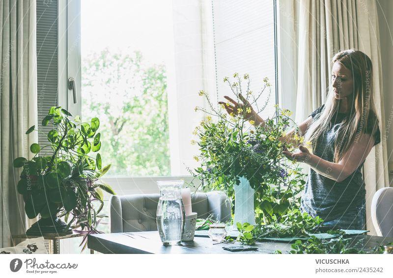 Frau macht Blumenstrauß in Wohnzimmer Lifestyle Stil Design Sommer Häusliches Leben Innenarchitektur Dekoration & Verzierung Mensch Erwachsene Frühling Vase