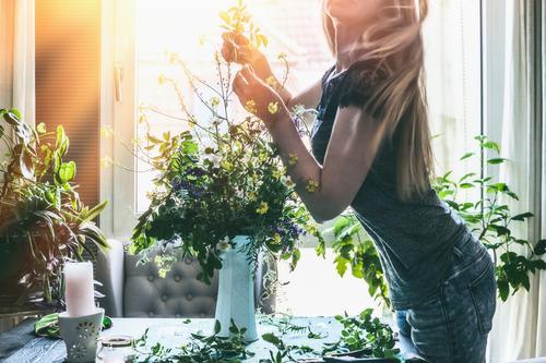 Frau macht zu Hause wilde Blumen im Vase Lifestyle Stil Design Sommer Häusliches Leben Wohnung Innenarchitektur Dekoration & Verzierung Tisch Wohnzimmer Mensch