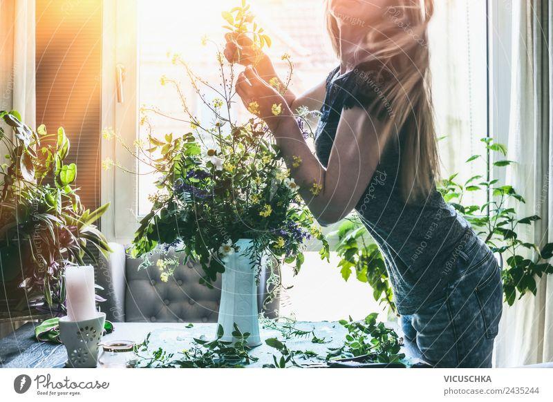 Frau macht zu Hause wilde Blumen im Vase Mensch Natur Sommer schön Erwachsene Lifestyle Innenarchitektur Stil Häusliches Leben Design Wohnung Raum