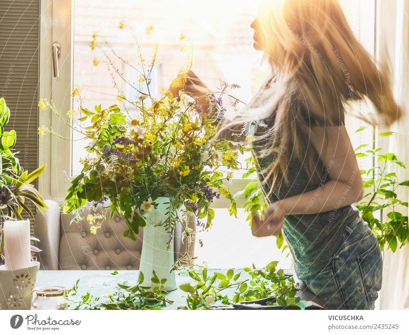 Frau macht wild Blumenstauß zu hause Lifestyle Stil Freude Sommer Häusliches Leben Wohnung Haus Traumhaus Mensch Erwachsene Haare & Frisuren Natur