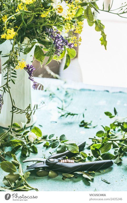 Wildeblumen in Vase auf dem Tisch Natur Sommer Pflanze Blume Haus Blatt Lifestyle Leben gelb Innenarchitektur Blüte Stil Garten Häusliches Leben Design Wohnung