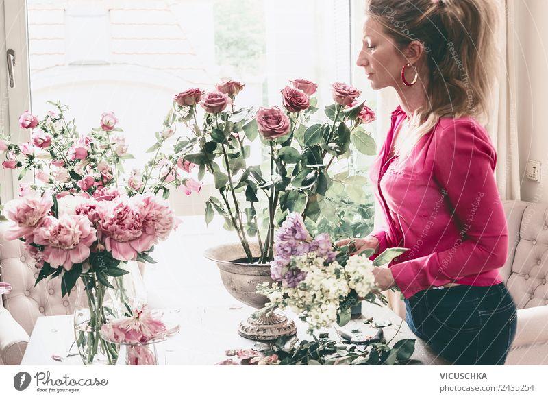 Frau arrangiert Blumestrauß mit Rosen in Vase Lifestyle Reichtum Stil Design Freizeit & Hobby Wohnung Innenarchitektur Dekoration & Verzierung Wohnzimmer Party