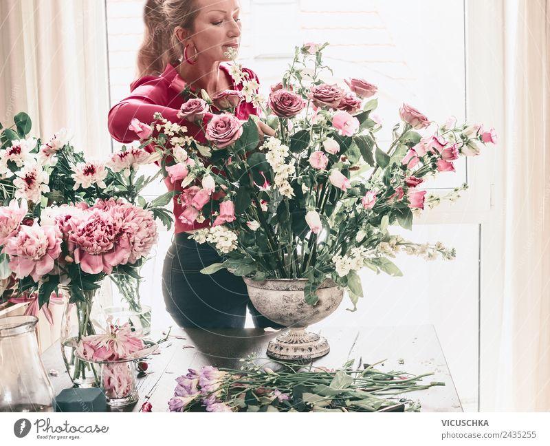 Frau macht festlichen Blumenstrauß mit Vase Lifestyle Reichtum Stil Design Leben Wohnung Dekoration & Verzierung Tisch Wohnzimmer Party Veranstaltung