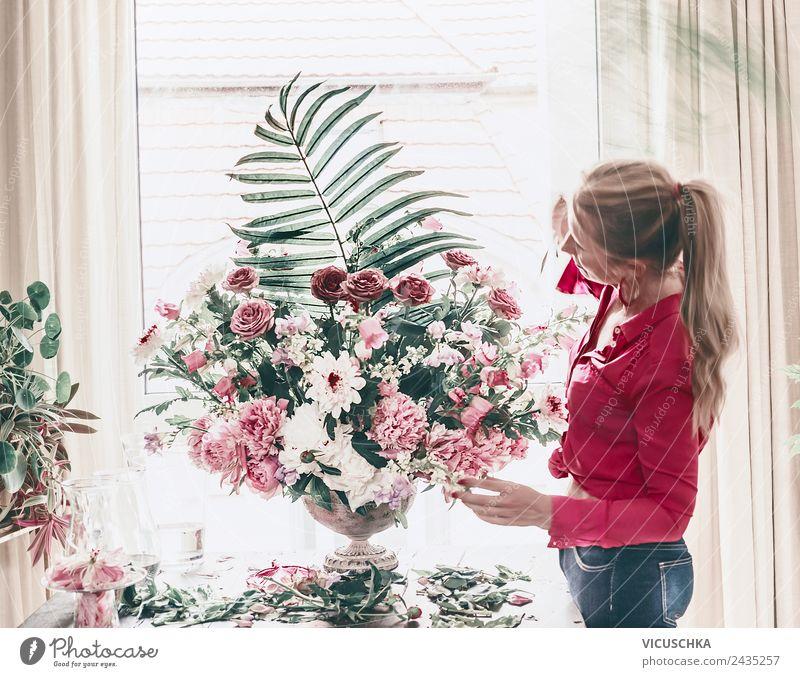 Florist Frau arrangiert festliche Blumenstrauß Lifestyle Stil schön Leben Dekoration & Verzierung Party Veranstaltung Feste & Feiern Mensch Erwachsene Pflanze