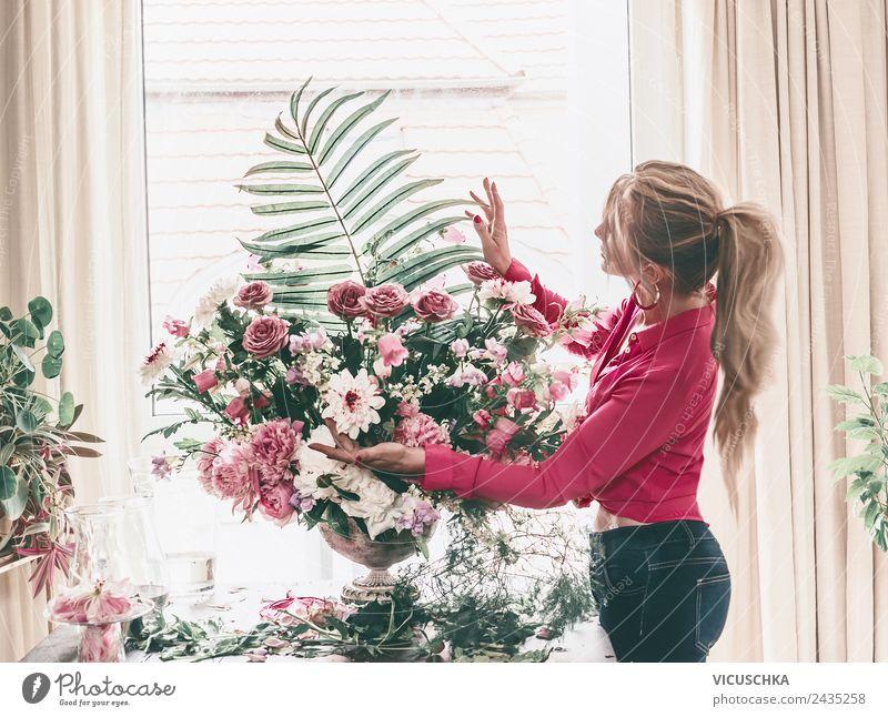 Frau arrangiert Luxus Blumenstrauß Lifestyle Reichtum Stil Design Freizeit & Hobby Häusliches Leben Innenarchitektur Dekoration & Verzierung Raum Entertainment