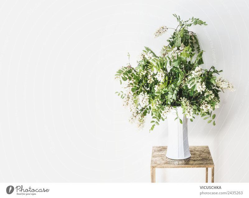 Blumenstrauß im Vase an weißen Wand Stil Design Leben Sommer Wohnung Haus einrichten Innenarchitektur Dekoration & Verzierung Möbel Tisch Natur Mauer einfach